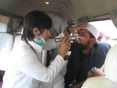 Pakistan lääkäri tutkii nenää